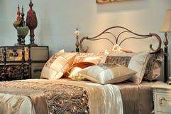 Beddegoed en ornamenten in slaapkamer Royalty-vrije Stock Foto