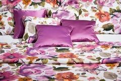 Beddegoed met roze bloemenontwerp stock afbeelding