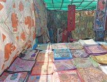 Beddekking voor verkoop op Woensdagvlooienmarkt in Anjuna, Goa, India stock fotografie
