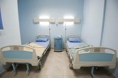 Bedden in een privé het ziekenhuisafdeling Stock Foto's