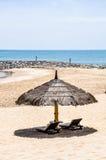 Bedden en paraplu op het strand Royalty-vrije Stock Fotografie
