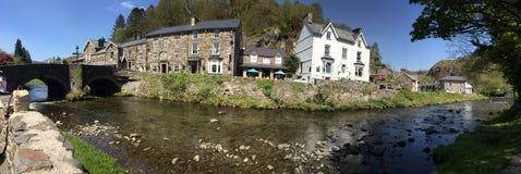 Beddgelert en Snowdonia, con el río Colwyn foto de archivo libre de regalías