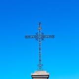 bedecken Sie abstraktes heiliges Kreuz in Italien Europa und das Himmel backg mit Gras Lizenzfreies Stockfoto