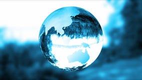 Bedecken Sie blaues Glas der Kugel, Natur brechen, schlingen, auf Lager Gesamtlänge mit Erde stock abbildung