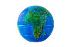 Bedecken Sie die Kugel mit Afrika-Ansicht lokalisiert auf einem weißen Hintergrund mit Erde stockfotografie