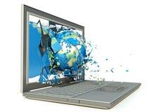 Bedecken Sie die Kugel mit Erde, die von einer Laptop-Computer herauskommt Lizenzfreies Stockfoto