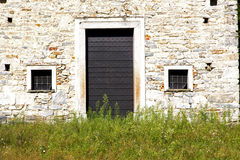 Bedecken Sie eine seprio Tür Kirche geschlossenes hölzernes Italien Lombardei mit Gras Lizenzfreie Stockfotografie