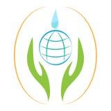 Bedecken Sie Fallhände mit Erde, retten Sie Erde, sparen Sie Wasser, Abwehrumwelt Stockfoto