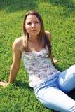 Bedecken Sie Frau mit Gras lizenzfreies stockfoto