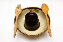 bedecken Sie Gelee- oder Blattgeleenachtisch in einer Schüssel mit Gras Stockfotos