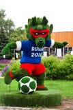 Bedecken Sie gemachtes Symbol der Weltfußball-Meisterschaft in Russland Wolf 2018 genanntes Zabivaka mit Gras Lizenzfreies Stockfoto