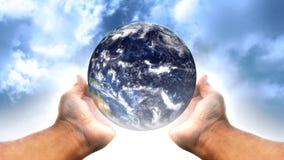 Bedecken Sie in Händen 1 - SCHLEIFE mit Erde stock abbildung