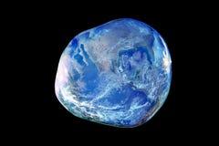 Bedecken Sie innerhalb einer großen und zerbrechlichen Blasenseife auf schwarzem Hintergrund mit Erde Stockfoto