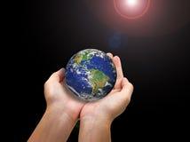 Bedecken Sie Planeten in der weiblichen Hand mit Erde, die auf Weiß lokalisiert wird Lizenzfreies Stockbild