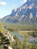 Bedecken Sie Pyramiden oder Unglücksboten im Bogen-Tal, durch Tunnel-Berg und Berg Rundle, Nationalpark Banffs, Alberta, Kanada m Stockbilder