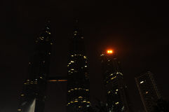 Bedecken Sie Stunde â Leuchte weg am Petronas-Twin Tower mit Erde Stockfotografie