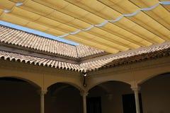 Bedecken Sie und deckte Dach am Patio eines Gebäudes in Màlaga Spanien mit Ziegeln lizenzfreies stockfoto