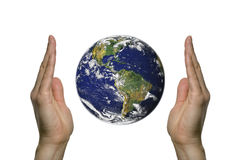 Bedecken Sie zwischen zwei Händen 2 mit Erde Stockfoto