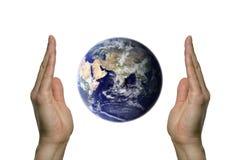 Bedecken Sie zwischen zwei Händen 3 mit Erde Lizenzfreies Stockbild