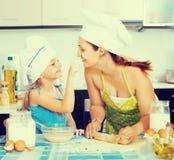Bedeckender Teig der Mutter und der Tochter stockbild