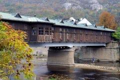 Bedeckte Holzbrücke lizenzfreies stockfoto
