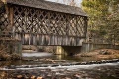 Bedeckte Holzbrücke mit verwittertem hölzernem Gitter lizenzfreie stockbilder