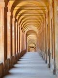 Bedeckte Säulenhalle im Bologna lizenzfreie stockbilder