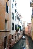 Bedecktes Boot auf ruhigem Kanal in Venedig, Italien Stockbild