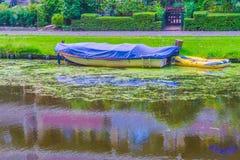 Bedecktes oben Boot mit Segeltuch in einer Flusslandschaft Stockbilder