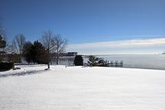 Bedecktes Ufer des Winters Schnee Lizenzfreie Stockbilder