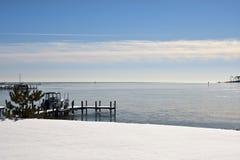 Bedecktes Ufer des Winters Schnee Stockbild
