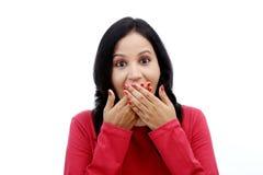Bedeckungmund der jungen Frau mit ihren Händen Lizenzfreie Stockfotos