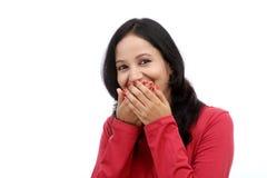 Bedeckungmund der jungen Frau mit ihren Händen Lizenzfreie Stockfotografie