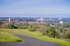 Bedekte lopende sleep op de Standford-schotel omringende heuvels; De campus van Stanford, Palo Alto en Silicon Valley-horizon in royalty-vrije stock fotografie