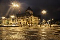 Bedekte vierkant en straat die bij nacht kruisen Stock Afbeeldingen