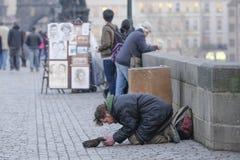 Bedelaar in Praag stock afbeeldingen