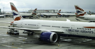 BEDELAARSvliegtuigen bij Terminal 5 worden geparkeerd die van Londen Heathrow Stock Foto