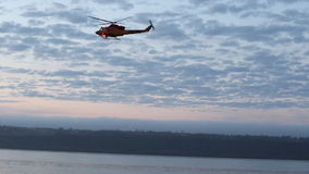 Bedeutende Forschungsoperation auf dem Fluss mit der Suche und der Rettungsmannschaft stock video footage