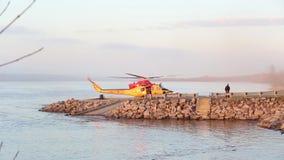 Bedeutende Forschungsoperation auf dem Fluss mit der Suche und der Rettungsmannschaft stock footage