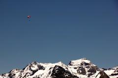 Bedeutung-Segelflugzeug und Berge Stockbild