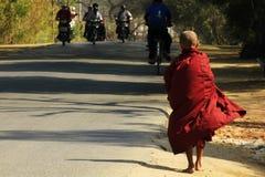 Bedevaart van Boeddhisme in Bagan stock afbeeldingen