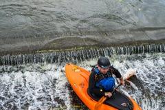 Bedford, Bedfordshire, het UK, 19 Augustus, 2018 Stroomversnelling het kayaking in het UK, de snelle reacties en de sterke boot c stock afbeelding