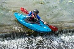 Bedford, Bedfordshire, het UK, 19 Augustus, 2018 Stroomversnelling het kayaking in het UK, de snelle reacties en de sterke boot c royalty-vrije stock foto's