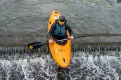 Bedford, Bedfordshire, het UK, 19 Augustus, 2018 Stroomversnelling het kayaking in het UK, de snelle reacties en de sterke boot c stock foto's