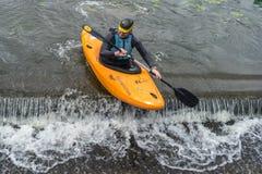 Bedford, Bedfordshire, het UK, 19 Augustus, 2018 Stroomversnelling het kayaking in het UK, de snelle reacties en de sterke boot c stock foto