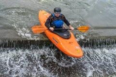 Bedford, Bedfordshire, het UK, 19 Augustus, 2018 Stroomversnelling het kayaking in het UK, de snelle reacties en de sterke boot c royalty-vrije stock foto