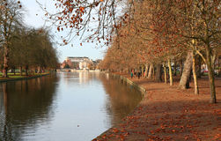 Bedford-Flussdamm im Herbst. Stockbild