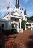 Bedford Village, New York stolpe - kontor och Bedford Presbyterian Arkivfoto