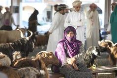 Bedhouin妇女在Sinaw山羊市场上 库存照片