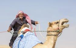 Bedhouin z wielbłądem w pustyni Fotografia Stock